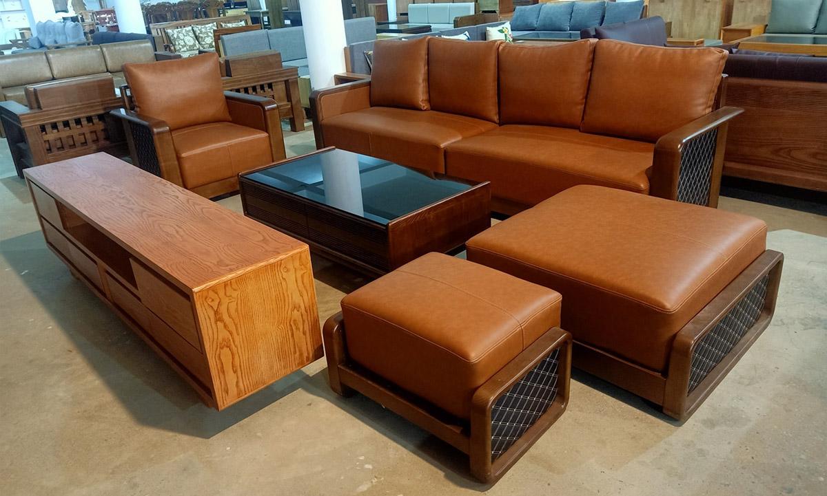 Bộ bàn ghế sofa gỗ trưng bày tại cửa hàng cùng kệ ti vi